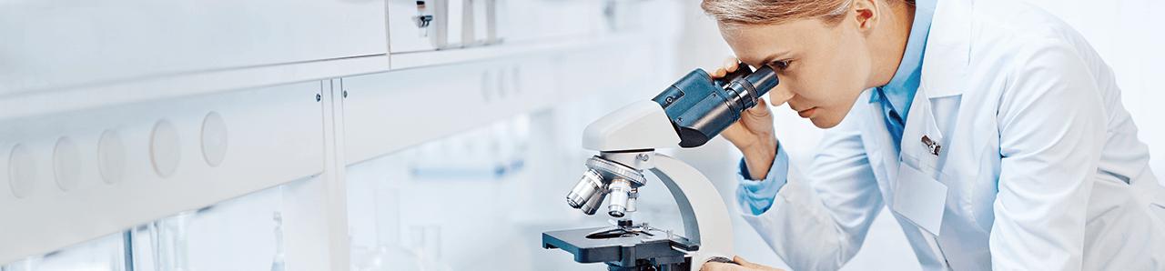 Wissenschaftlerin am Mikroskop